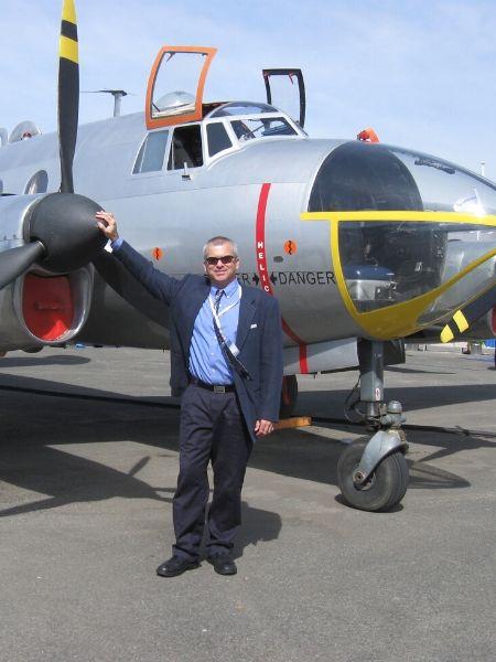 ג'ואל אלון על רקע מטוס בתערוכה האוירית בצרפת